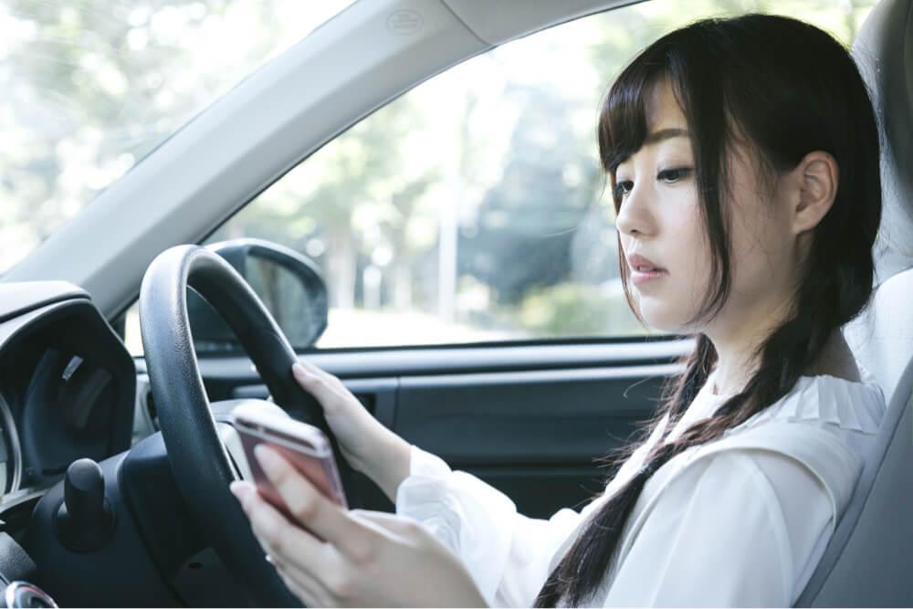 ながら運転は危険です